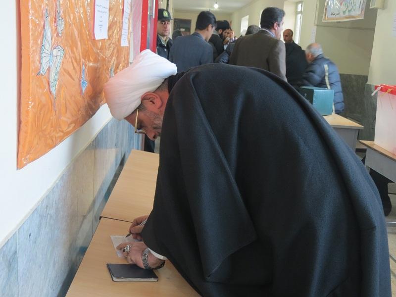 امام جمعه قروه ، نخستین کسی که رای خود را در صندوق انداخت + تصاویر